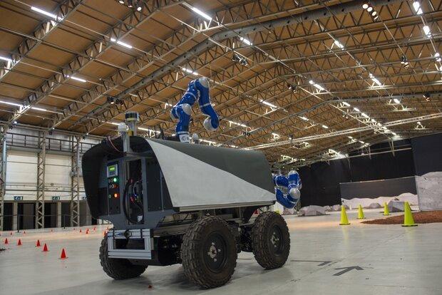 کنترل ماهنورد از ارتفاع 400 کیلومتری زمین توسط یک فضانورد