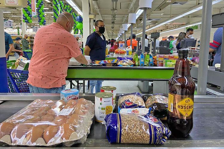 ویدئو ، صف خرید ونزوئلایی ها مقابل فروشگاه ایرانی مگاصیص در کاراکاس