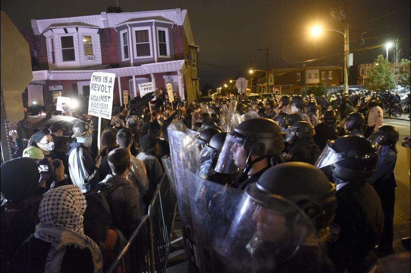 خبرنگاران اجرای منع رفت و آمد در فیلادلفیا برای مقابله با موج جدید اعتراض ها