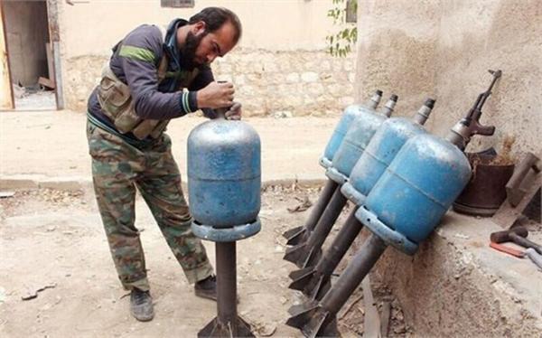 خبرنگاران تروریست ها آماده حمله شیمیایی در شمال سوریه می شوند