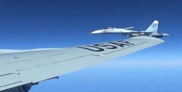 رهگیری هواپیمای شناسایی آمریکا به وسیله سوخوهای روسی بر فراز دریای سیاه
